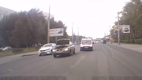 На ходу у автомобиля открылся капот. ВИДЕО с ул.Республики