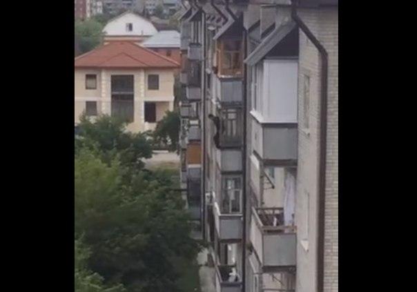 В Тюмени мужчина спрыгнул с балкона: «Пытались поймать найденным где-то ковром»