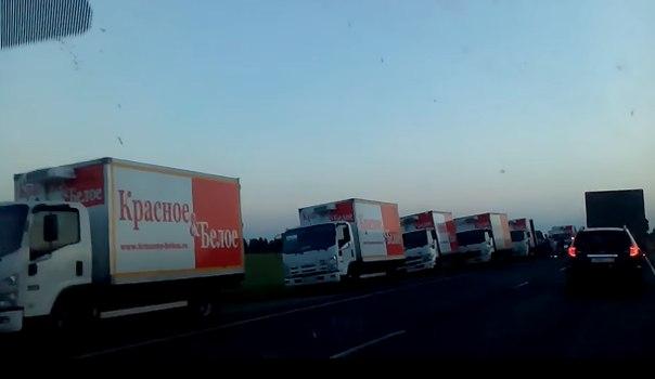 К месту страшной аварии прибыло 20 красно-белых грузовиков. ВИДЕО с трассы Тюмень — Тобольск