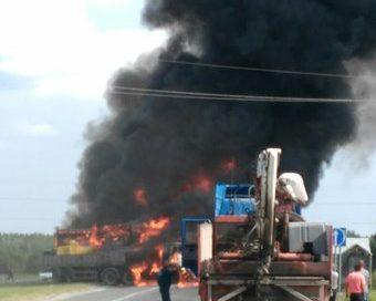 Грандиозный пожар на тюменской объездной,  загорелись две фуры. ВИДЕО