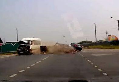 Маршрутка раскрутила «семерку», которая снесла еще две машины. ВИДЕО ДТП