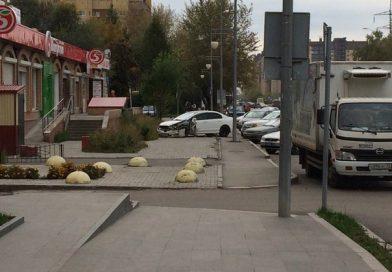 На Харьковской «израненная»  Хонда вылетела на тротуар