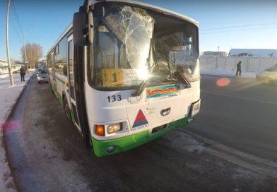 В Тюмени рейсовый автобус влетел в телегу с сеном