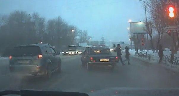 Резвая черная «Волга» чуть не сбила пешеходов на ул.Республики в Тюмени