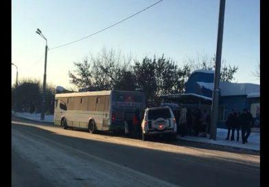 В Тюмени внедорожник влетел в автобус, стоящий на остановке
