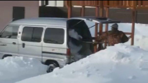 «Рустам, на родину повез?» Владелец частного дома в Тюмени вывозит снег на своем минивэне