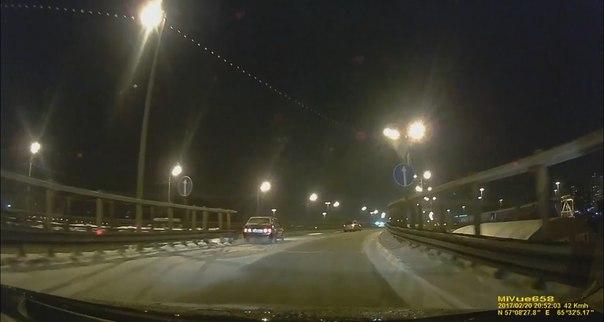 «Девятку» занесло в отбойник на «стреловском» мосту. ВИДЕО