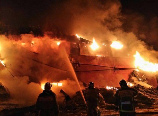 Ночной пожар на тюменском аккумуляторном заводе. ФОТО с места крупного ЧП
