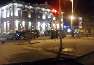 «Пока Prado крутился, задел еще два автомобиля». Жесткое ночное ДТП в центре Тюмени