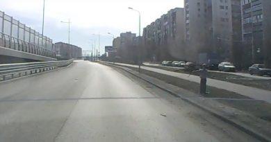 мальчик останавливает тюменских водителей палкой