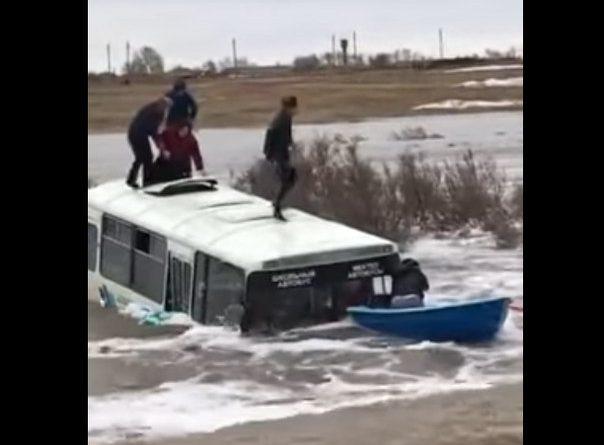 автобус с детьми смыло с дороги в Казахстане