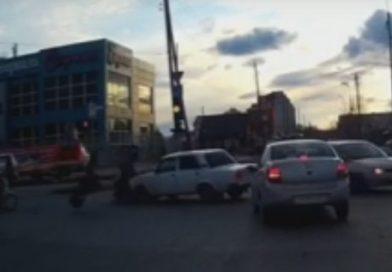 В сети появилось ВИДЕО аварии на Молодежной, где мотоцикл протаранил «семерку»