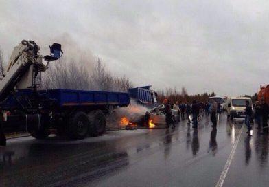 «Мерседес» смяло после жуткого столкновения с КАМАЗом на трассе Сургут — Лянтор