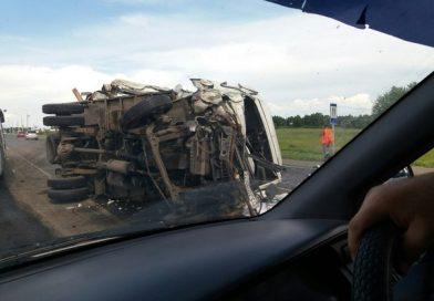 На трассе Тюмень  -Тобольск фургон с пивом протаранил фуру. ВИДЕО