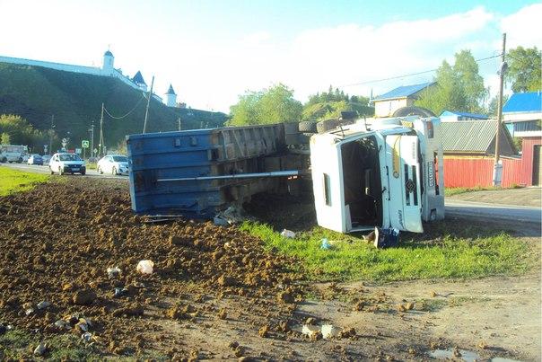 грузовик перевернулся в Тобольске