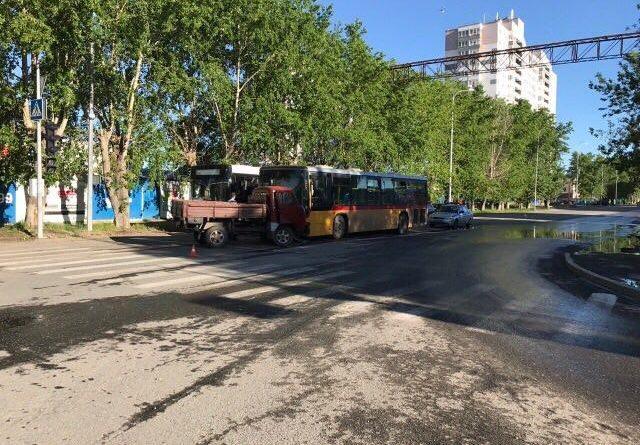 ДТП на Барнаульской в Тюмени