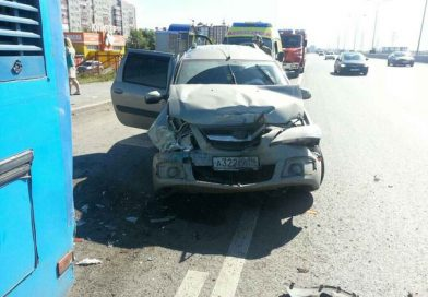 На тюменской объездной Ларгус протаранил стоящий автобус. ВИДЕО с регистратора