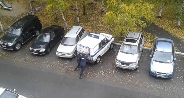 затолкали женщину в УАЗ