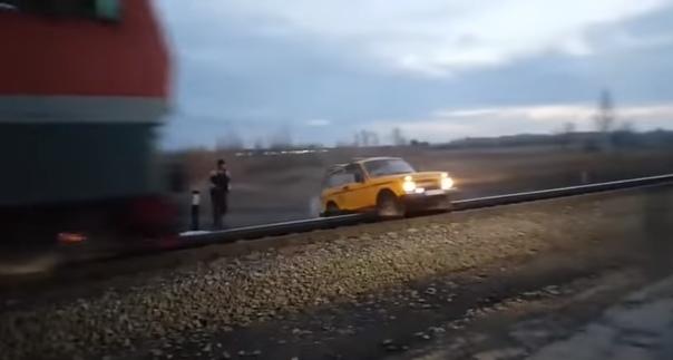 поезд протаранил Ниву
