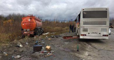 бензовоз протаранил автобус