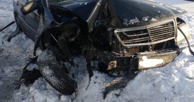 В Тюмени на Алебашевской Mercedes влетел в металлический отбойник