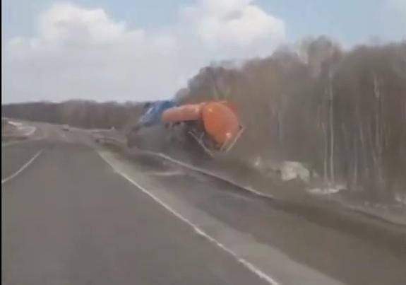 перевернулся бензовоз