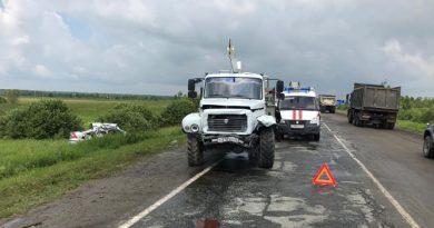 """Четыре человека погибли в ДТП под Тобольском: """"Форд"""" залетел под ямобур"""
