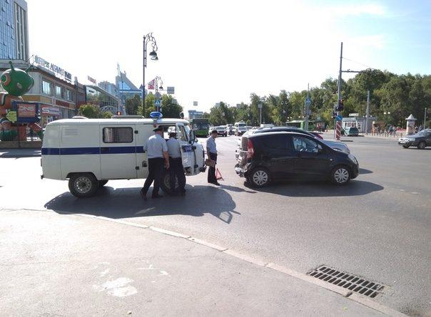 """Полицейская """"буханка"""" догнала и """"собрала"""" легковушку в центре Тюмени"""