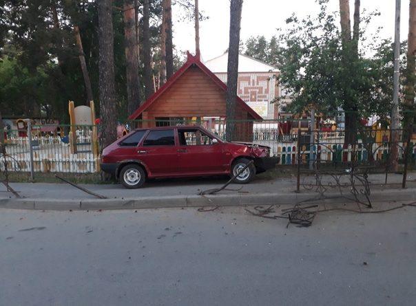 Пьяный лишенец снес забор около детского сада в Заводоуковске