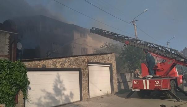 В Тюмени на Московском тракте горел заброшенный коттедж. ВИДЕО очевидцев