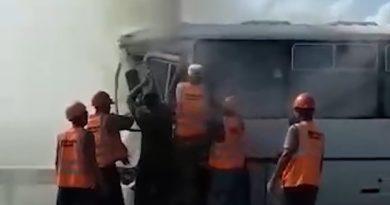 Под Омском автобус влетел в фуру, после чего загорелся. ВИДЕО момента аварии и спасения водителя