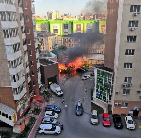 """""""От жара лопались окна в соседних зданиях"""". Утром на Малыгина сгорел старый дом"""