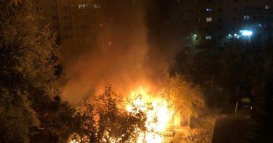 """Ночной пожар в Тюмени: неделю колотили эту """"сарайку"""", свет провели"""