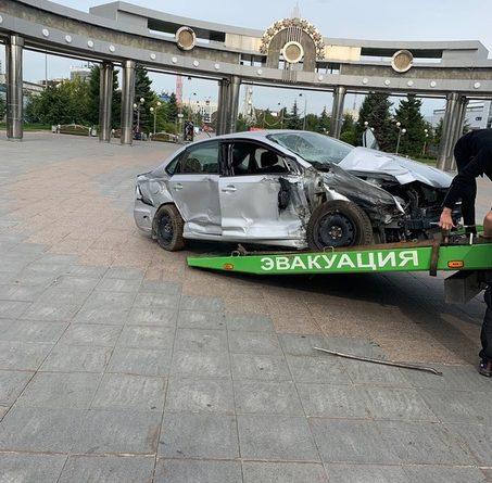 Разбитый автомобиль с манекеном погибшего ребенка установили в центре города тюменские полицейские