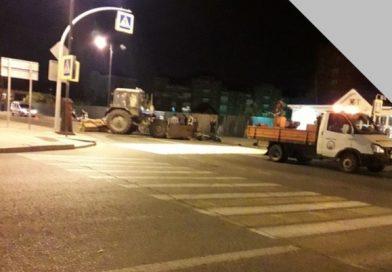Ночью в Тобольске разбился байкер, он врезался в трактор дорожников