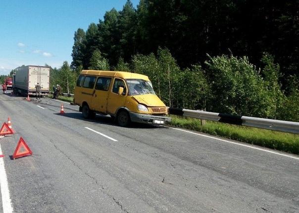 """Под Вагаем """"Газель"""" выскочила на встречку под фуру: погибла пассажирка микроавтобуса"""