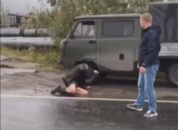 В Коротчаево неадекватный мужчина прыгнул головой вперед под колеса УАЗа