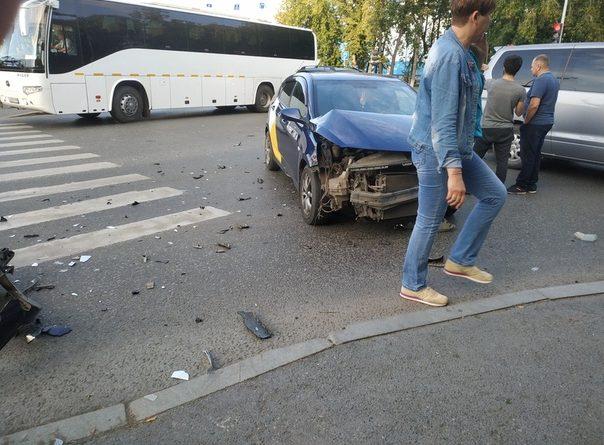 Два пассажира такси получили травмы в ДТП у тюменского вокзала