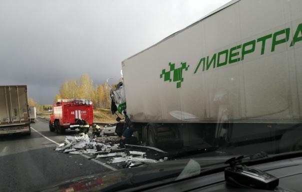 Массовое ДТП с участием двух фур на трассе Тюмень - Омск: погиб водитель КАМАЗа