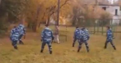 В Тюмени два десятка омоновцев скрутили неадекватного мужчину с арматурой в руках
