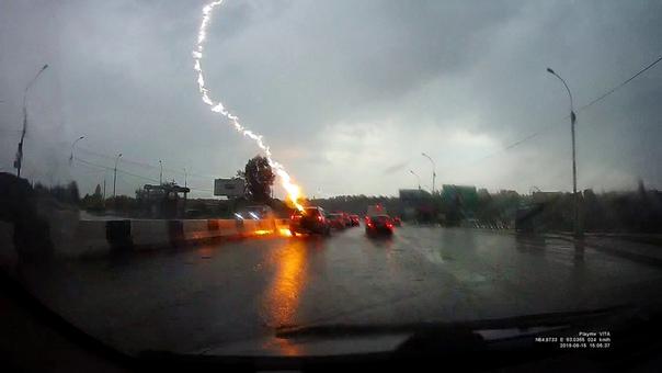 Молния ударила в автомобиль на шоссе в Новосибирске. ВИДЕО