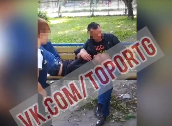 В соцсетях появился ролик, где подростки избили двух мужчин, которые целовались на детской площадке в Тюмени