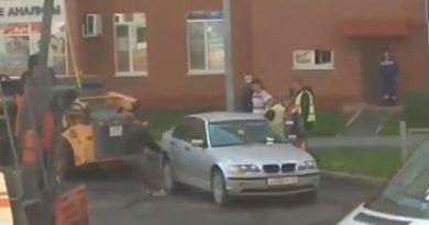 Тюменские дорожники на тросу оттянули BMW, мешавший ремонту дороги