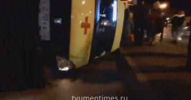 """Ночью в центре Тюмени легковушка опрокинула на бок автомобиль """"скорой"""""""