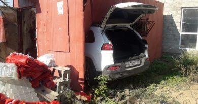 В Ишиме легковушка протаранила контейнер с продавцом внутри: женщина погибла