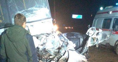 """Авария на трассе под Ярково: """"Мазда"""" влетела в автобус и загорелась"""