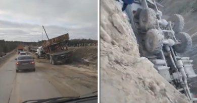 На тюменской трассе лоб в лоб сошлись два длинномера, один из грузовиков рухнул с моста