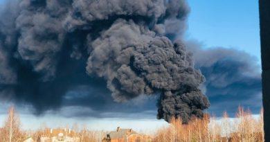 """Крупный пожар в Тюмени. Горит завод """"Полимерпласт"""". ВИДЕО из эпицентра"""