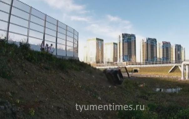 """Тюменский блогер методично разбивал свою """"девятку"""": бил киркой, таранил дерево, сбрасывал с насыпи"""