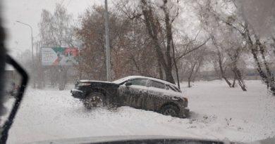 В Тюмени снегопад привел к авариям на дорогах. ФОТО, ВИДЕО очевидцев